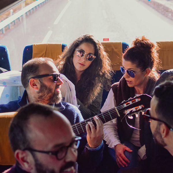 Cantando en el autobús camino del concierto